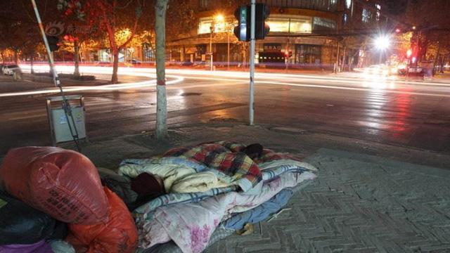 老人寻儿3年露宿街头 好心人送棉被和水果