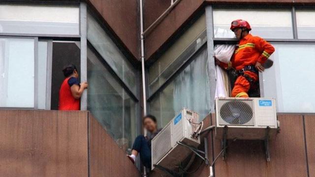 女子9楼楼顶欲轻生 消防员10秒闪电救回