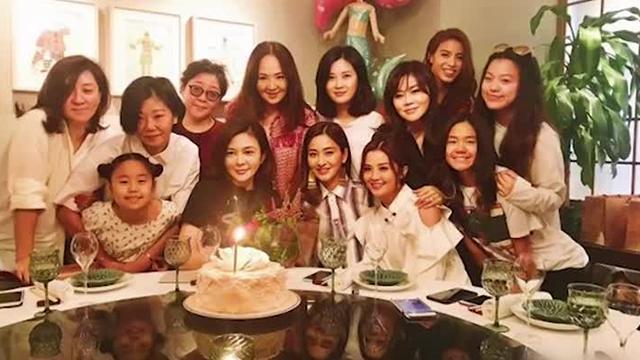 蔡卓妍等为关之琳准备生日惊喜 一桌都是大美女