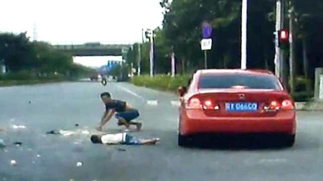 男子载娃闯红灯被撞飞 旋转数圈重摔倒地