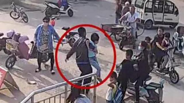 小学生被两男子强行抱走 女副校长趴车头阻拦