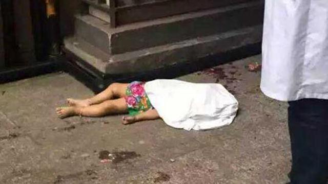 觸目驚心!兩名幼童先后墜樓 過路女子險被砸中